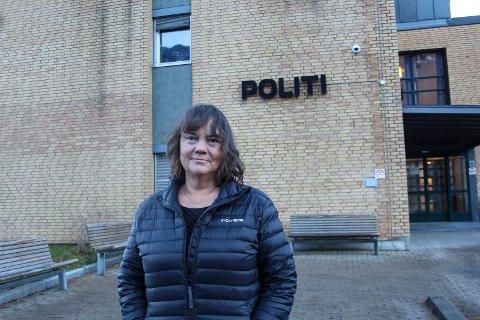 Stortingsrepresentant Hanne Dyveke Søttar foran politihuset