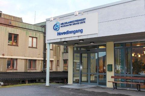 TIL SYKEHUS: En pasient behandles for covid-19 ved Helgelandssykehuset Mosjøen. Vedkommende ble innlagt lørdag kveld.