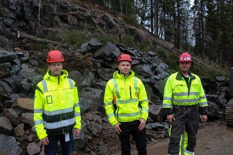 Foran fjellet: Fv. Jonas Fagerli, Steffen Stene, og Morten Hauvik foran fjellet som sprenges for å lage tryggere vei.