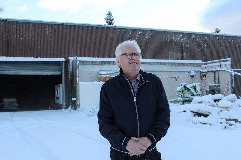 Frank Arntsberg står her foran en bygning som Grane potet og grønt overtar. Tomta som fyrhuset har stått på til høyre.