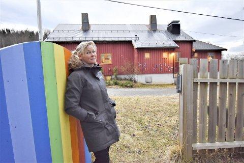 Alice K. Jenssen 56 år. Samboer. Mor til tre. Mormor til én. Virksomhetsleder (rektor) ved Tverlandet oppvekstsenter i Leirfjord. Bor i Leirfjord. Snart i Mosjøen.