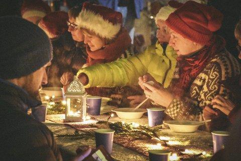 JULEGRØTEN: Julegrøten med verdens lengste grøtbord har vært en suksess. I år blir det ikke langbord i Sjøgata.