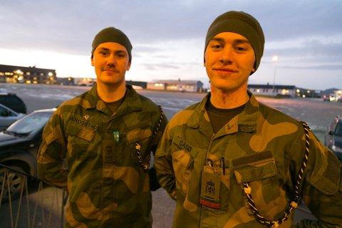 TRIVES: Både avdelingstillitsvalgt Eirik Krogstad (til venstre) og soldat Kristian Gåsø er fornøyd med lengre førstegangstjeneste ved GSV.
