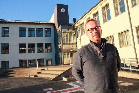Hektisk: Det har vært mye møtevirksomhet for rektor Karl Børre Krogh etter at en skoleklasse på Mosjøen skole ble satt i karantene. Bildet er tatt ved en tidligere anledning.