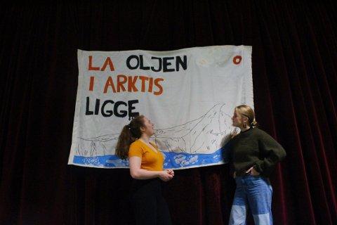 Fra venstre: Katrina Munns og Marie Hansteen Hagness, fra markering for klimasøksmålet i regi av Toppen Natur og Ungdom.