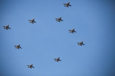 Dette blir trolig en av de siste gangene Luftforsvaret flyr med så mange F-16 i én og samme formasjon. Fredag flys julestjerna over Nord-Norge.