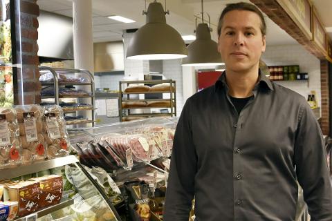Nils Wikberg ved Ica Fjällboden i Hemavan har pyntet butikken til jul, men der er det tomt for nordmenn.