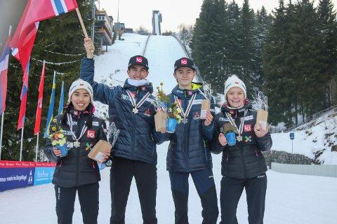 ÅRETS PRESTASJON: Under junior-VM i Oberwiesenthal i Tyskland var Eirin Maria Kvandal med på det norske mix-laget som tok sølv i laghopp. I den individuell konkurransen ble Eirin nummer 17, og sammen med de andre jentene ble det en femteplass i laghopp.  Her er Eirin sammen med Thea Minyan Bjørseth, Lensbygda (t.v.), Bendik Jakobsen Heggli, Byåsen, og Sander Vossan Eriksen, Bækkelaget (midten t.v.).