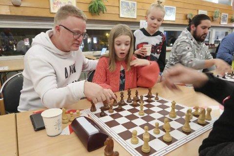 NYTT: Mosjøen sjakklubb er flink til å rekruttere unge spillere. Victoria Gullbakk Hoff spiller her sammen med pappa Rune Hoff i en turnering i desember. Foto: Privat