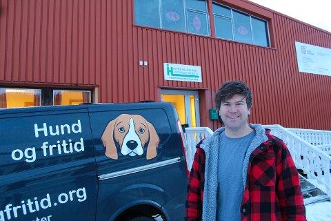 NY BUTIKK: Kim Johnny Brennhaug Fløtnes åpner ny butikk på Trofors. Tidligere  har han kjørt rundt med bil med logoen til Hund og Fritid, nå blir det lokale innendørs i tillegg.