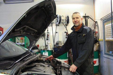 Per Magne Fellingfors gjør mye forskjellig på verkstedet på Trofors. Her står han ved panseret på en personbil.