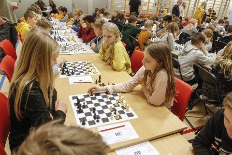 SKOLESJAKK: Skolesjakk for 160 elever. Hanna Lorentsen Fiskevold (t.h.) møtte Lisa Bratbakk, og begge syns det er artig og ikke så vanskelig.  foto: Per Vikan