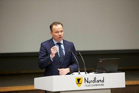 Fylkesrådsleder Tomas Norvoll (Ap) mener det må komme en løsning på plass før Widerøes varslede rutekutt i mai trer i kraft.