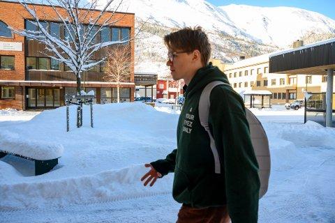 Emil Larsson (18) har planene klare for en framtid med rapmusikk. Til høsten flytter han til Malmø for å studere urban musikk.