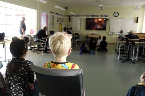 Langvarig: Elevene i 2. klasse ved Mosjøen skole avslutter skoledagen med å se film. Kun 16 av 44 elever var på skolen torsdag og to klasser blir slått sammen til en. I løpet av den siste uka har alle elevene vært syke, og de aller fleste er borte ei uke. Foto: Stine Skipnes