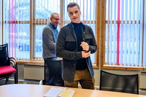 Jokim Haugen Finsås innkjøpsansvarlig i Vefsn kommune og kommunalsjef John Arvid Heggen informerer om det nye biladministrasjonsverktøyet «CarAdmin» som hjemmetjenesten skal ta i bruk.