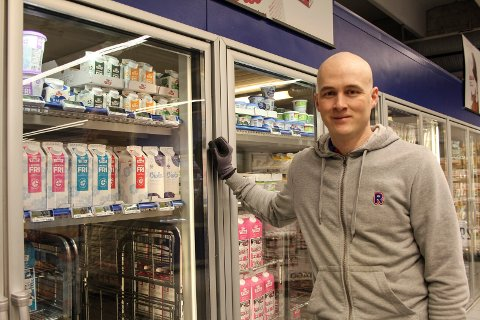 Kjøpmann Stian Skogsaas hos Rema Halsøy vil sørge for å ha ekstra mye langtidsholdbare meieriprodukter.