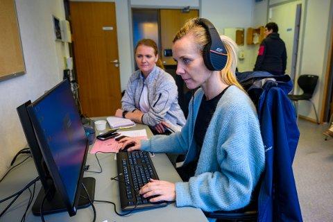 SVARER: Vefsn Kommune opprettet onsdag et koronasenter i de gamle lokalene til Kippermoen ungdomsskole. Her vil blant andre sykepleierne Kristin Engen Jørgensen og Sissel Fagereng besvare henvendelser på telefon.