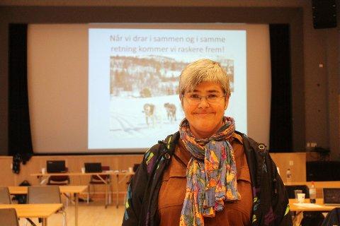 """Sitat: Bildet av ordfører Ellen Schjølberg er tatt ved en annen anledning, men sitatet """"Når vi drar i sammen og i samme retning kommer vi raskere fram"""" kan også være veldig relevant i tider som dette, hvor Schjølberg og andre maner til samarbeid og solidaritet."""