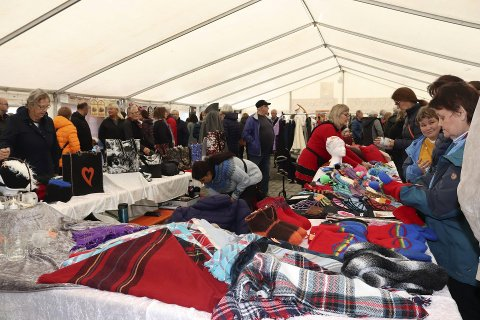 2019: Fjorårets Tiendebytta var folksomt både utenfor og innenfor teltene.