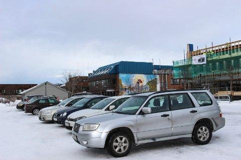 Skal biler fortsatt kunne parkere gratis i Mosjøen, eller er det snart duket for å kreve inn parkeringsavgift?