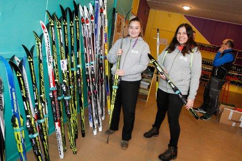 SKI: Nå kan du få låne ski til påske. BUA på Kippermoen tar imot bestillinger. Bildet er fra i fjor vår der Anita Heli (t.h.) og Daniella Skotnes viste fram noe av det de har.