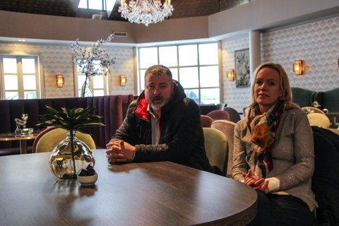 Fru Haugans Hotel: Hotellsjef Sverre Løvold Strand og hotelldirektør Ellen Løvold Strand stengte dørene 11. mars. De setter pris på regjeringens krisepakke. - Vi vil jo tape penger uansett, men dette hjelper oss, sier Ellen.