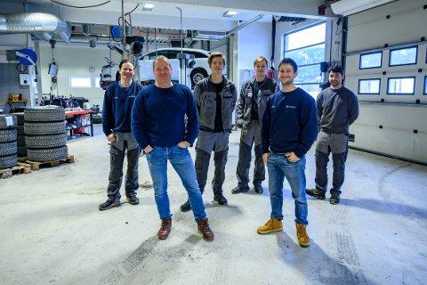 Alle mann i arbeid: Bilfokus har hatt alle mann i arbeid gjennom hele koronakrisen. Fra venstre Roger Hagfors, Sverre Storvik, Peder Tømmervik Sondre Krutnes, Helge Graneog Emmet Martin.
