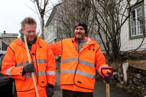 Geir Lundestad (høyre) og kollega Geir Arne Høyberg liker godt å vedlikeholde fortauene i Mosjøen.