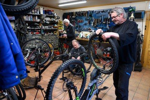 Tre generasjoner : Bjørn Helge Bredesen jobber sammen med sin far Kyrre Bredesen og onkelbarn og barnebarn Bjørn Morten Bredesen på Bredesen Sykkelservice i Mosjøen.