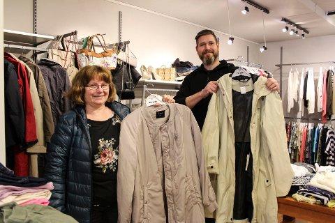 Lill Karin Aanes i Termik og Olav Karlsen i Kirkens Bymisjon viser fram noen vårjakker som har blitt donert, og nå er til salg.