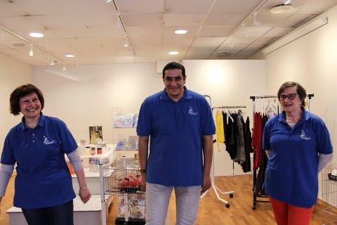 Tanja Osipova, Mohammed Sala Atiia og Lisa Slåen koser seg som frivillige på Termiks bruktbutikk.