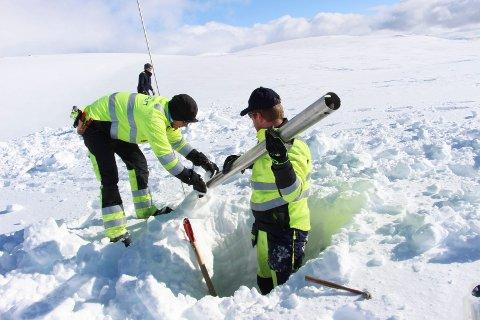 Mannskaper fra Helgeland Kraft måler hver vinter snødybde i fjellene hvor de har sine magasiner.