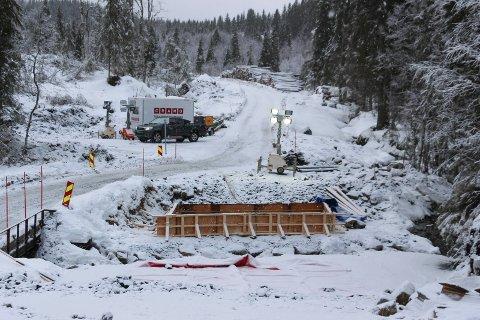 MÅ STOPPE DRIFTA: NVE pålegger Eolus Vind å stoppe anleggsarbeidet i  perioden 10. april til 10. mai. Det betyr at Veidekke må innstille arbeidet. Bildet er fra arbeidet med brua over Sæterbekken.