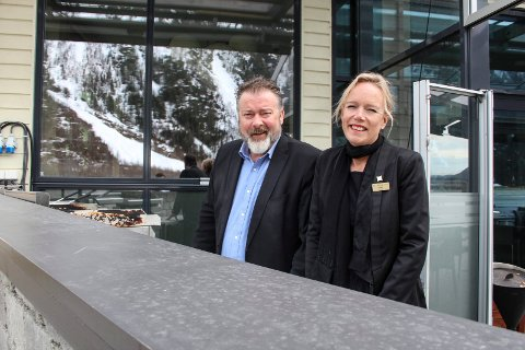Ellen Løvold Strand og Sverre Løvold Strand på Fru Haugans hotel ønsker velkommen til uteservering.