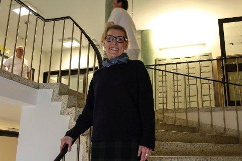 Hulda Gunnlaugsdóttir, administrende direktør i  Helgelandssykehuset roser ansatte og det arbeidet som legges ned på de tre sykehus-enhetene disse dager. I bakgrunnen går flere ansatte til lunsj.
