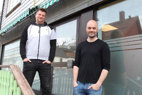 Øyvind Jetne og Lasse Gabrielsen står klar utenfor den nye bedriften.