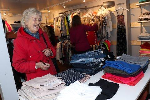 Margit Olaussen (79) hadde ny-gammel utejakke på ønskelista da Termik's Second Hand Shop reåpnet i Mosjøen lørdag.