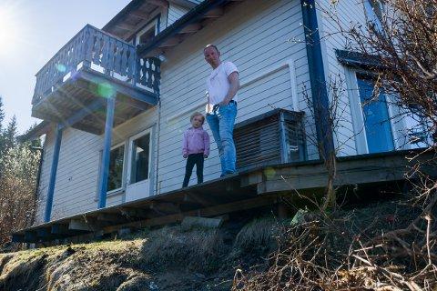 Stefan Olsen og familien bor på raskanten i Bjerkaliveien. Nå har NVE fått penger til å trygge skrenten.