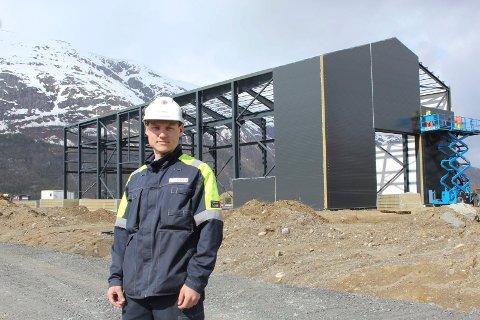 Foran bygget: Daglig leder Bjarte Valåmo foran bygget på Nesbruktomta.