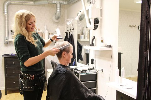 Klipp: Silje Eivindsen-Gjerde klipper og føner håret til Mari Hansen, som synes det var fint å komme seg til frisør igjen etter det var stengt.