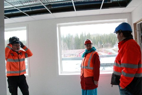 Guttorm Aasvold, anleggsleder og HMS-ansvarlig for Skanska Husfabrikk. viste rundt prosjektleder for byggherren Ole Kristian Andersen og ordfører Ellen Schjølberg torsdag.