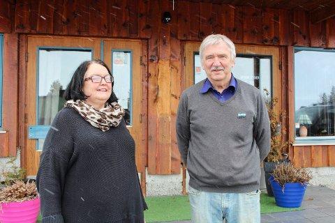 Evy Bjelland og Armand Hovd driver bruktbutikk i gamle Majavatn kro.