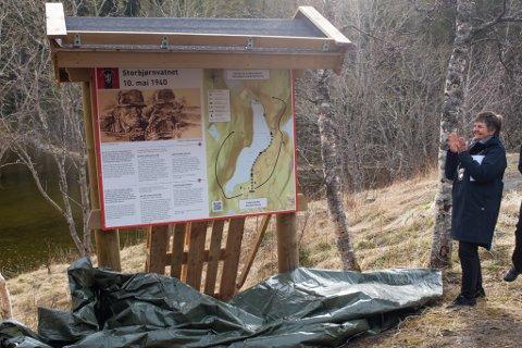 Det nye krigsminnesmerket ved Storbjørnvatn skal fortelle mer om kampene som foregikk i området i maidagene 1940. Her har ordfører Berit Hundåla avduket det.