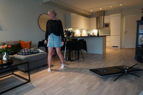 SJOKK: – Jeg er fortsatt helt skjelven, sier Martine om opplevelsen. Hun var hjemme alene i huset i Trondalsveien da en elg plutselig stod i stua. Foto: Pernille Storhaug Dalene