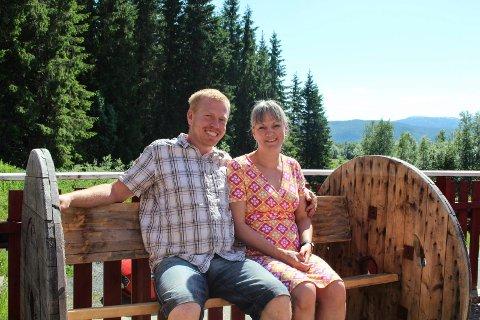 Hjemmelaget benk: Magnar Kro Baisgård og Elin Julie Baisgård på en benk som Magnar har laget hjemme av en gammel trommel.