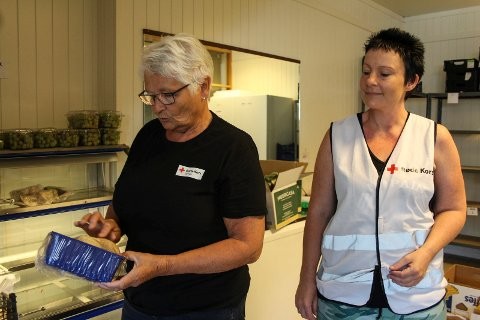 Småsjefer: Kari Grønmo og Siri Marie Knutsen er to av de som tar ansvar for Vefsn Røde Kors sin  matstasjon på Øya
