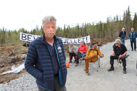 Torbjørn Lindseth var med å lede an demonstrasjonen da vindkraftmotstandere sperret anleggsveien opp til Øyfjellet vindkraftverk i fjor sommer. Nå kommer han tilbake til Mosjøen for å demonstere.