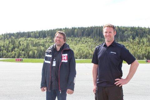 Glad: Lufthavnsjef Børge Larsen og driftskoordinator Steinar Storrem er glade for at ruteflyene går igjen.