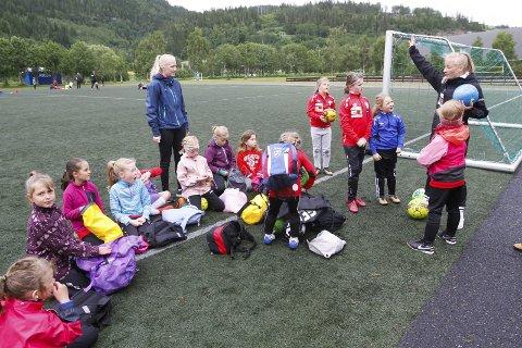 HELGELENDINGEN FOTBALLSKOLE 2019: Instruktørene Andrea Myrnes Steinrud og Pernille Eriksen hadde ansvaret for de yngste jentene på fjorårets fotballskole.  Foto: Per Vikan